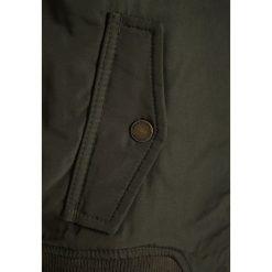 Abercrombie & Fitch TWOFER Kurtka zimowa olive/orange. Niebieskie kurtki chłopięce zimowe marki Abercrombie & Fitch. W wyprzedaży za 258,30 zł.
