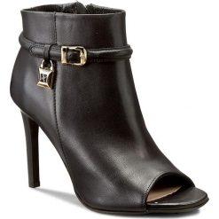 Botki CARINII - B3917 E50-000-000-000. Czarne buty zimowe damskie Carinii, ze skóry, na obcasie. W wyprzedaży za 229,00 zł.