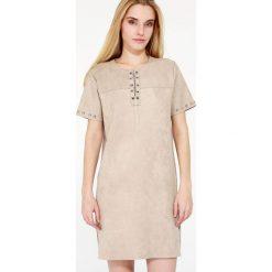 Sukienka - 78-9500 FANGO. Brązowe sukienki dzianinowe Unisono, uniwersalny, z aplikacjami, z krótkim rękawem, mini, proste. Za 99,00 zł.
