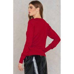 NA-KD Sweter z dzianiny Weekday - Red. Czerwone swetry klasyczne damskie NA-KD, z dzianiny. W wyprzedaży za 60,89 zł.