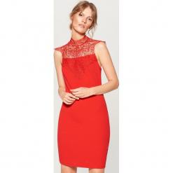 Sukienka mini z koronkowym zdobieniem - Czerwony. Czerwone sukienki koronkowe marki numoco, na ślub cywilny, l, eleganckie, z klasycznym kołnierzykiem, maxi. Za 119,99 zł.