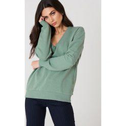 NA-KD Basic Bluza basic z dekoltem V - Green. Różowe bluzy damskie marki NA-KD Basic, prążkowane. Za 100,95 zł.