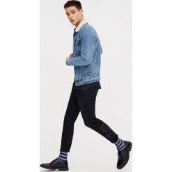 Jeansy skinny z haftowanymi różami. Szare jeansy męskie skinny marki Pull & Bear, okrągłe. Za 69,90 zł.