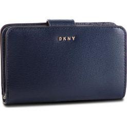 Duży Portfel Damski DKNY - Bryant Sm Carryall R8313659 Navy NVY. Niebieskie portfele damskie DKNY, ze skóry. Za 459,00 zł.