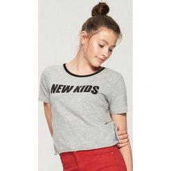 T-shirt z kontrastowym nadrukiem - Jasny szar. Szare t-shirty damskie Sinsay, l, z nadrukiem, z kontrastowym kołnierzykiem. Za 19,99 zł.