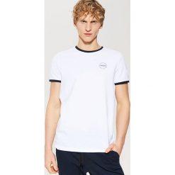T-shirt z kontrastowym obszyciem - Biały. Czarne t-shirty męskie marki House, l, z nadrukiem. Za 35,99 zł.