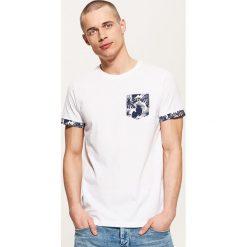 T-shirty męskie: T-shirt z wzorzystą kieszonką – Biały