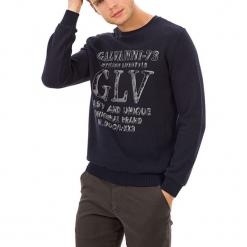 Sweter w kolorze ciemnoniebieskim. Niebieskie swetry klasyczne męskie GALVANNI, m, z nadrukiem, z okrągłym kołnierzem. W wyprzedaży za 139,95 zł.