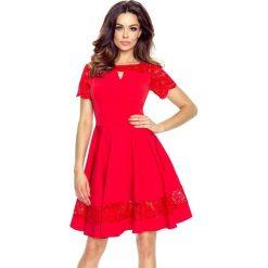 Susanna – elegancka sukienka z pęknięciem w dekolcie czerwony. Czerwone sukienki balowe marki Bergamo, w koronkowe wzory, z koronki, z krótkim rękawem, mini, dopasowane. Za 182,00 zł.