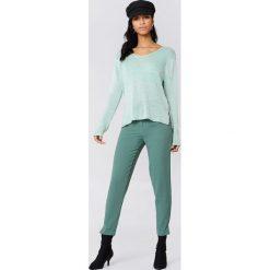 Rut&Circle Sweter dzianinowy z dekoltem V Ninni - Green. Zielone swetry klasyczne damskie marki Rut&Circle, z dzianiny, z okrągłym kołnierzem. W wyprzedaży za 40,48 zł.