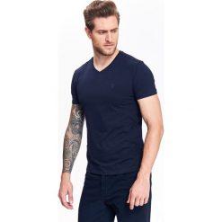 T-shirty męskie: T-SHIRT MĘSKI W SEREK Z ELASTYCZNEJ DZIANINY