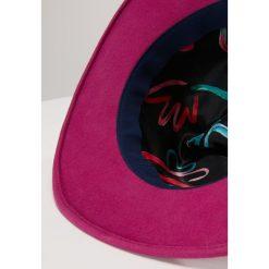 PS by Paul Smith LINED FEDORA Kapelusz violet. Czerwone kapelusze damskie PS by Paul Smith, z materiału. Za 509,00 zł.