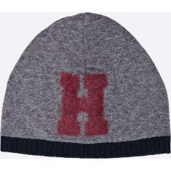Tommy Hilfiger - Czapka + szalik Happy Holidays. Szare czapki zimowe męskie TOMMY HILFIGER, z dzianiny. W wyprzedaży za 299,90 zł.
