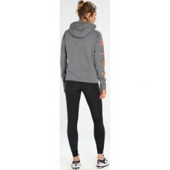 Bluzy damskie: Nike Performance DRY HOODIE GRAPHIC Bluza z kapturem charcoal heather/dark grey/hyper crimson