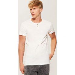 Gładki t-shirt z guzikami - Kremowy. Czarne t-shirty męskie marki House, l, z nadrukiem. Za 35,99 zł.