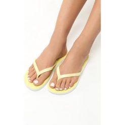 Żółte Japonki Lotus. Żółte chodaki damskie Born2be, w paski, z kauczuku, na płaskiej podeszwie. Za 19,99 zł.
