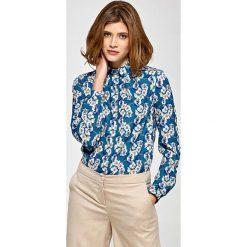 Koszulowa Bluzka z Zakładkami przy Dekolcie w Kwiaty. Niebieskie bluzki koszulowe Molly.pl, l, w kwiaty, z długim rękawem. Za 121,90 zł.
