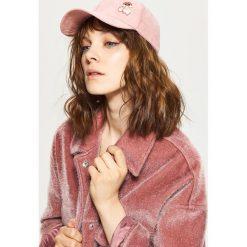 Czapka z daszkiem - Różowy. Czerwone czapki damskie Cropp. W wyprzedaży za 24,99 zł.