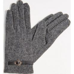 Rękawiczki z wełną - Szary. Czerwone rękawiczki damskie marki Mohito, z bawełny. Za 39,99 zł.