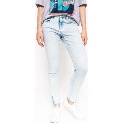 Medicine - Jeansy The bigger splash. Niebieskie jeansy damskie MEDICINE, z obniżonym stanem. W wyprzedaży za 53,90 zł.