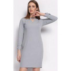 Szara Sukienka Multieloquent. Szare sukienki Born2be, l, z tkaniny, z okrągłym kołnierzem, z długim rękawem, midi, oversize. Za 89,99 zł.