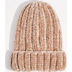 Szenilowa czapka z grubym splotem - Różowy. Czerwone czapki damskie marki Mohito, ze splotem. Za 39,99 zł.