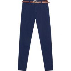 Spodnie typu chinos basic z paskiem. Zielone chinosy damskie Pull&Bear. Za 89,90 zł.