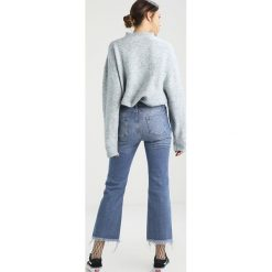 Boyfriendy damskie: NORR CRYSTAL CROPPED  Jeansy Dzwony medium blue denim