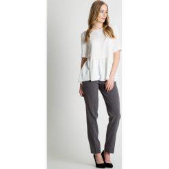 Bluzki asymetryczne: Biała bluzka z falbaną u dołu BIALCON