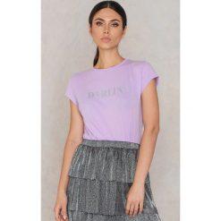 NA-KD T-shirt Darlin' Glittery - Purple. Fioletowe t-shirty damskie marki NA-KD Trend, l, z nadrukiem, z bawełny. W wyprzedaży za 24,29 zł.