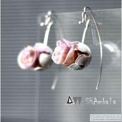 Kolczyki damskie: Srebrne kolczyki z pudrowym pączkiem CORON