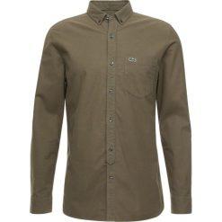 Lacoste LIVE Koszula khaki. Brązowe koszule męskie marki FORCLAZ, m, z materiału, z długim rękawem. Za 379,00 zł.