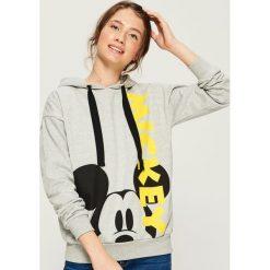 Bluza z nadrukiem Mickey Mouse - Jasny szar. Szare bluzy rozpinane damskie Sinsay, l, z motywem z bajki. Za 69,99 zł.