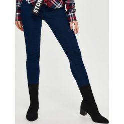 Jeansy skinny mid waist - Granatowy. Niebieskie jeansy damskie skinny marki Sinsay. Za 39,99 zł.