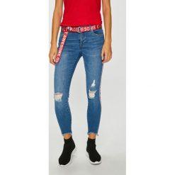 Only - Jeansy Carmen. Szare jeansy damskie marki ONLY, s, z bawełny, casualowe, z okrągłym kołnierzem. W wyprzedaży za 179,90 zł.