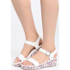 Biało-Beżowe Sandały City Looks Pretty. Białe sandały damskie marki Born2be, z materiału, na koturnie. Za 79,99 zł.