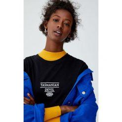 Koszulka z Diabłem Tasmańskim. Czarne t-shirty damskie Pull&Bear. Za 69,90 zł.