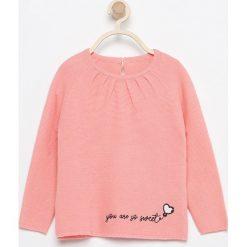 Sweter z haftem - Pomarańczo. Różowe swetry dziewczęce marki Reserved. W wyprzedaży za 19,99 zł.