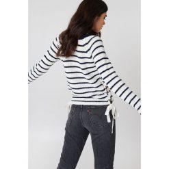 Rut&Circle Sweter ze sznurowaniem Idun - White,Multicolor. Białe swetry klasyczne damskie Rut&Circle, z dzianiny, ze sznurowanym dekoltem. Za 121,95 zł.