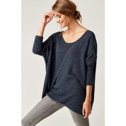 Sweter w kolorze granatowym. Niebieskie swetry klasyczne damskie marki SCUI, z okrągłym kołnierzem. W wyprzedaży za 139,95 zł.