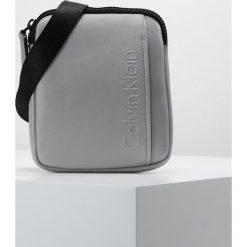 Torby na ramię męskie: Calvin Klein ELEVATED LOGO MINI FLAT CROSSOVER Torba na ramię grey