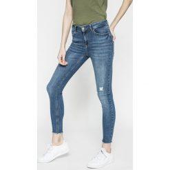 Pieces - Jeansy DELLY. Niebieskie jeansy damskie marki Pieces, z aplikacjami, z bawełny. W wyprzedaży za 119,90 zł.