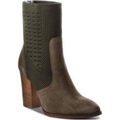 Botki TOMMY HILFIGER - Knit Heeled Boot FW0FW02941 Dusty Olive 011. Czarne buty zimowe damskie marki TOMMY HILFIGER, z materiału, z okrągłym noskiem, na obcasie. Za 649,00 zł.