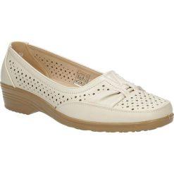 Beżowe półbuty na koturnie ażurowe Casu 2091-7. Brązowe buty ślubne damskie Casu, w ażurowe wzory, na koturnie. Za 59,99 zł.
