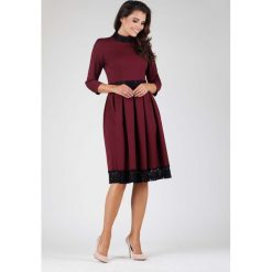 Bordowa Wizytowa Rozkloszowana Sukienka z Koronką. Czerwone sukienki balowe marki Molly.pl, na imprezę, l, w koronkowe wzory, z koronki, z klasycznym kołnierzykiem, midi, dopasowane. W wyprzedaży za 134,76 zł.