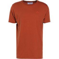 Holzweiler HANGER Tshirt basic rust. Niebieskie koszulki polo marki Tiffosi. W wyprzedaży za 209,30 zł.