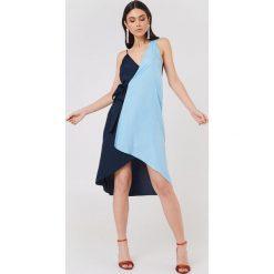 NA-KD Asymetryczna sukienka kopertowa - Blue. Niebieskie sukienki asymetryczne NA-KD, z asymetrycznym kołnierzem, midi. W wyprzedaży za 38,99 zł.