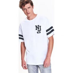 T-SHIRT MĘSKI TYPU OVERSIZE Z NADRUKIEM. Szare t-shirty męskie z nadrukiem marki Top Secret, na lato, m. Za 14,99 zł.