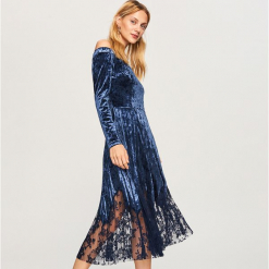 Aksamitna sukienka z odkrytymi ramionami - Turkusowy. Niebieskie sukienki z falbanami marki Reserved, z odkrytymi ramionami. Za 159,99 zł.