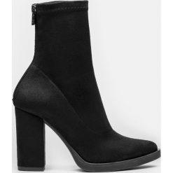 Czarne kozaki krótkie damskie. Czarne buty zimowe damskie Kazar, ze skóry, na wysokim obcasie, na obcasie. Za 499,00 zł.